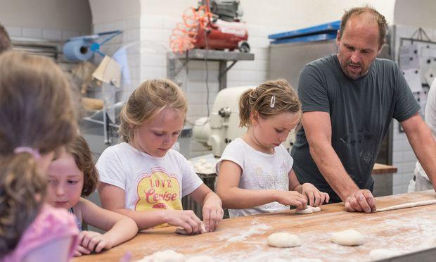 Florentina, Am´elie, Sophie und Vicky haben von Helmut Gragger gelernt, wie man Brot im Holzofen bäckt.