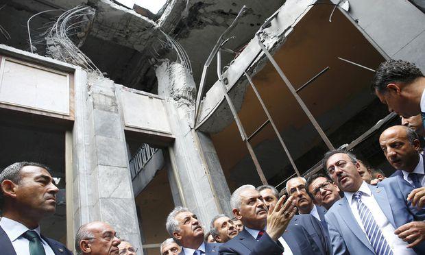 Abgeordnete besichtigen die Schäden im Parlament, das in der Putschnacht bombardiert wurde. Das Gebäude hatte der österreichische Architekt Holzmeister entworfen.