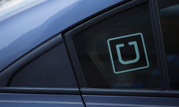 Ein Auto mit Uber-Logo
