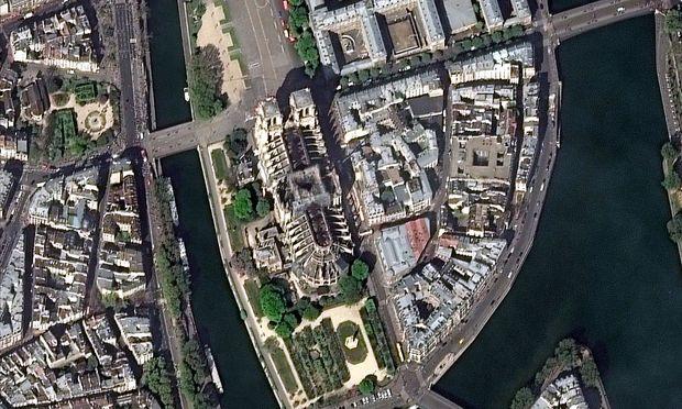 Ein Blick auf die zerstörte Kathedrale Notre-Dame aus der Luft.