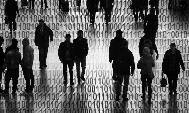 Symbolbild zum Datenschutzgesetz der EU Europaeische n Union Silhsonen mit Binaer Zahl