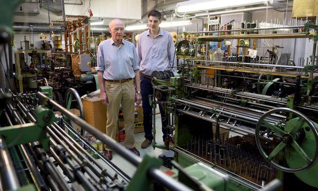 Konrad (l.) und Albert (r.) Maurer in ihrer Werkstatt, im Vordergrund die alten grünen Galonmaschinen.