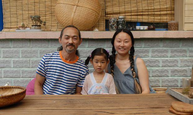 Zhang Yeping und seine Frau Fengshan sind in ein Dorf nördlich von Peking gezogen, damit die fünfjährige Chengzi einen Waldorf- Kindergarten besuchen kann.