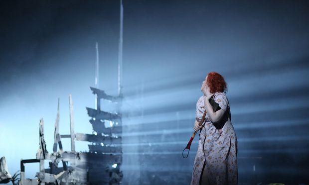 Die gelangweilte Färberin (Miina-Liisa Värelä mit dramatisch glitzerndem Sopran) geht einer vorgegaukelten Glitzerfummelwelt auf den Leim.