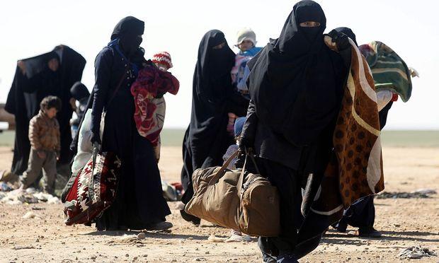 Flucht aus der letzten IS-Enklave. Zahlreiche Frauen und Kinder – darunter Angehörige ausländischer Kämpfer – laufen zu den Einheiten der Syrischen Demokratischen Kräfte über.
