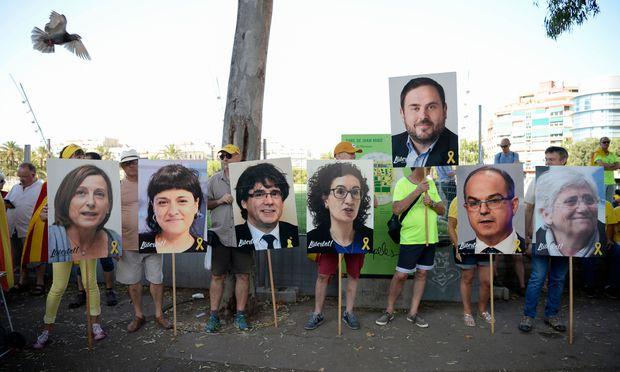 Zwölf katalanische Separatistenführer müssen sich vor einer siebenköpfigen Strafkammer für die mutmaßlich illegalen Unabhängigkeitsbeschlüsse im Herbst 2017 verantworten.