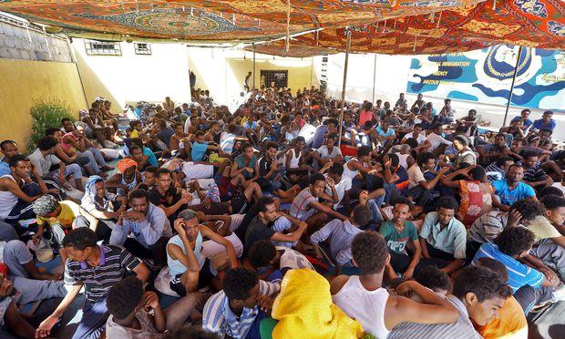 Wegen der Kämpfe in Tripolis mussten bereits zahlreiche Flüchtlinge in andere Camps verlegt werden.