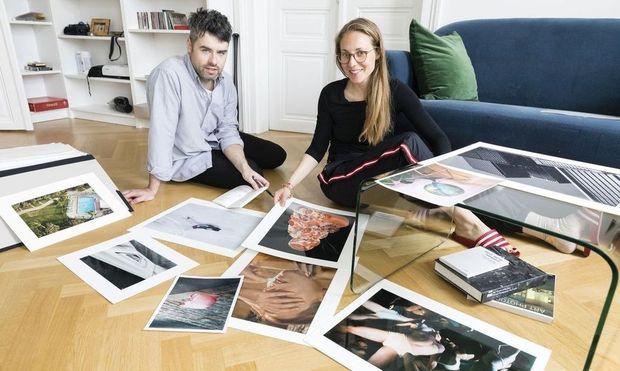 Dominik Geiger und Anna Mustapic vor den Werken ihrer Galerie.