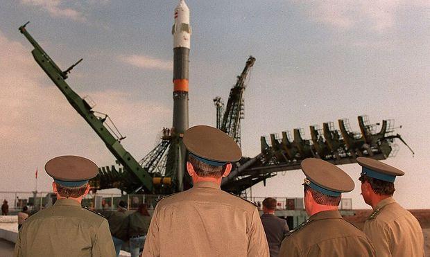 Soldaten beobachten das Aufstellen der Sojus-TM 13