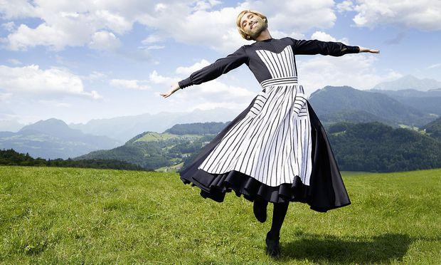 """Conchita Wurst tanzt in der Style Bible des 25. Life Balls als """"Fräulein Maria"""" aus """"Sound of Music"""" über die Alm."""