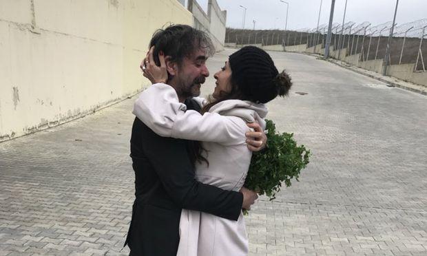 Das Bild von Deniz Yücel nach seiner Freilassung veröffentlichte sein Anwalt Veysel Ok auf Twitter.