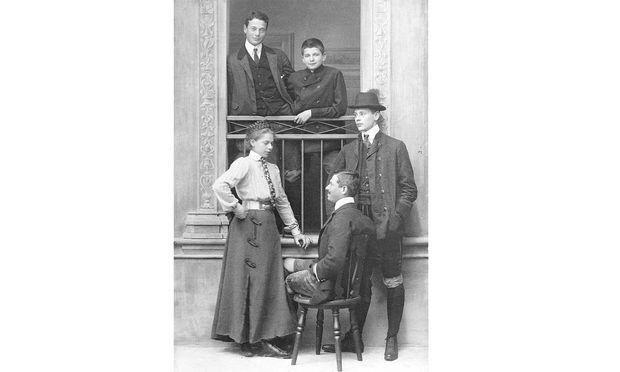 Freiin und Freiherren. Valentine, Louis, Oskar, Alphonse und Eugène von Rothschild um 1910.