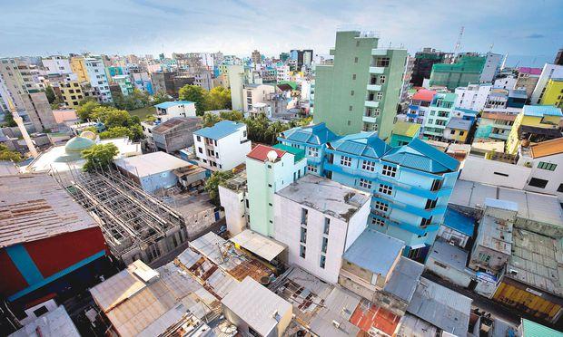 """Wandel. Seit einiger Zeit steigt der Einfluss Saudiarabiens auf den Malediven. Zuletzt berichtete die """"New York Times"""" vom Interesse der Saudis am Kauf eines Atolls. Im Bild: Hauptstadt Malé."""