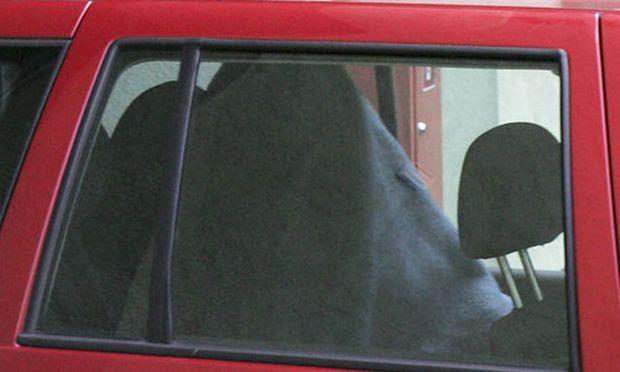 - Eine von einer Decke verhüllte Person beim Verlassen des Amstetter Gebaeudes der Bezirkspolizeiinspektion am Montag.