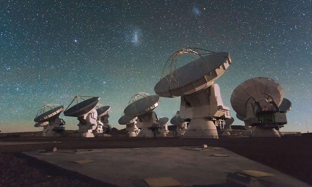 Das Radioteleskop Alma schaut mit 66 Augen ins All. Es kann eine riesige Linse simulieren.