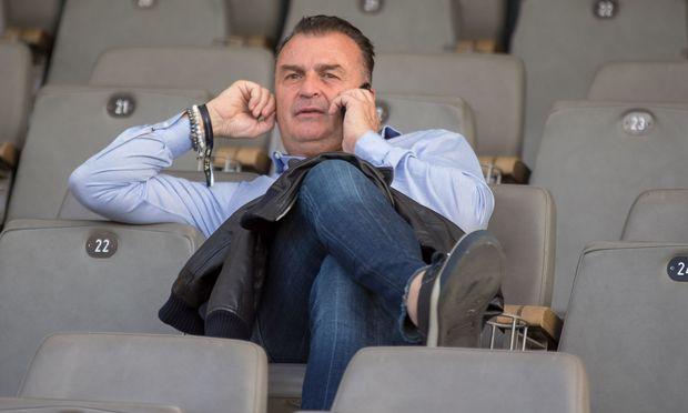 Telefonieren, Kontakte pflegen, reisen, Verträge, Spielbesuche: Max Hagmayr zieht mit seiner Firma für 70 Fußballer die Fäden.