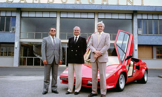 Stolz auf das neue Spielzeug: Chrysler-Boss Iacocca (MItte), Vize Bob Lutz (r.), Countach (rot), 1987.