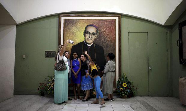 Bildnis Oscar Romeros in der Nationalkathedrale von San Salvador.