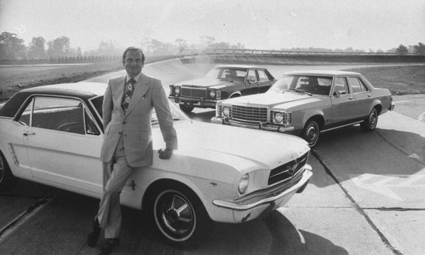 Ford-Präsident Lee Iacocca lehnt 1974 an der Säule seines steilen Aufstiegs: Den Bestseller Mustang hat er zehn Jahre zuvor durchgeboxt.