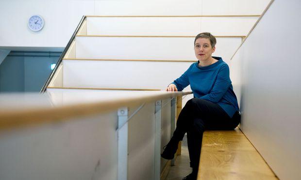 Kinderbüro-Chefin Karoline Iber im Hörsaal B auf dem Campus der Uni Wien. Im Juli werden den Hörsaal einige Hundert Jungstudenten stürmen.