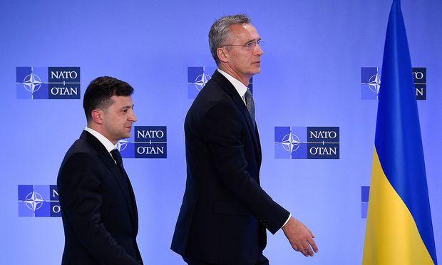 Wolodymyr Selenskyj (li.) und Jens Stoltenberg bei der Pressekonfernez im Nato-Hauptquartier in Brüssel.