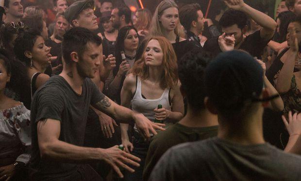 Beat (Jannis Niewöhner) führt Agentin Emilia (Karoline Herfurth) in die Techno-Szene ein. / Bild: (c) Amazon