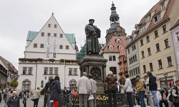 Eisleben hat sein Martin Luther Denkmal wieder Nach rund viermonatigen Sanierungsarbeiten wurde die