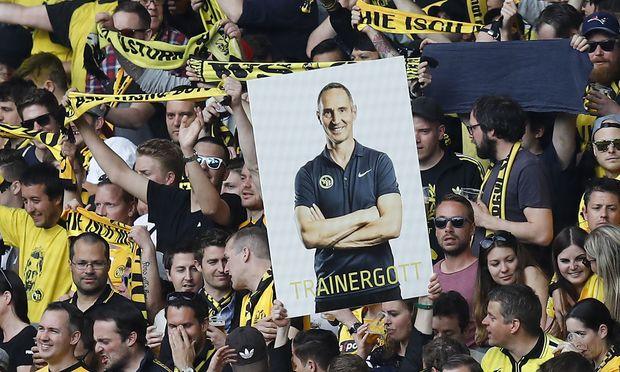 Young-Boy-Bern-Fans halten ein Bild ihres Meistertrainers Adi Hütter, der nun in Frankfurt anheuern soll