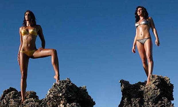 Fabienne Nadarajah (l.) und Mirna Jukic am Cover des Bikini Kalenders 2009/2010