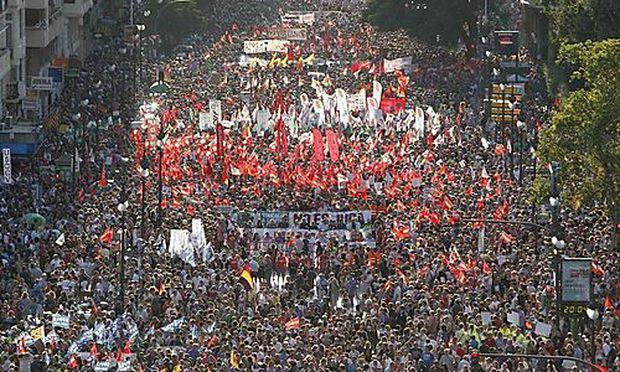 Demonstranten zeigen in Valencia ihren Unmut gegenüber dem Sparpaket der Regierung