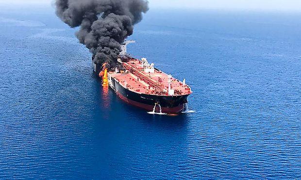 """Nach drei Explosionen stand der Tanker """"Front Altair"""" eines norwegischen Eigners im Golf von Oman in Flammen."""