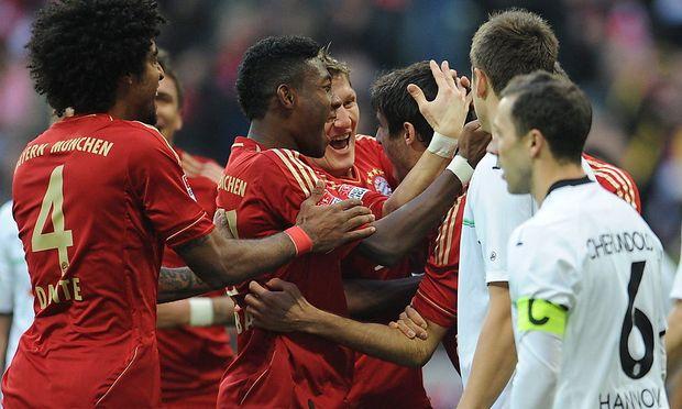 David Alaba herzt Bayerns 1:0-Torschützen Javier Martinez.