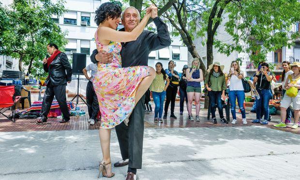 Tango ist omnipräsent. Man tanzt klassisch bei der Milonga– oder open air.