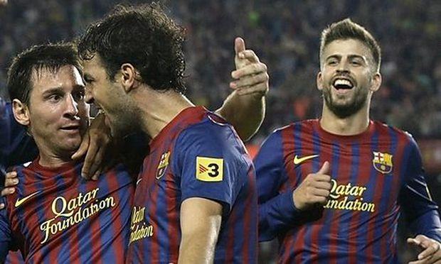 Messi (l) und Pique (r) raechten sich an einem Betreuer
