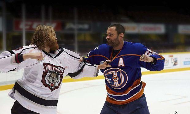 """Schläger vom Dienst: Über die Prügelfreudigkeit von Eishockeyspielern wurden schon viele Geschichten erzählt, wir empfehlen """"Goon"""" (im Bild) und """"Schlappschuss""""."""