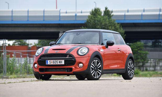 Ein S und der kleine Schlitz in der Motorhaube verraten es: Mini Cooper S.