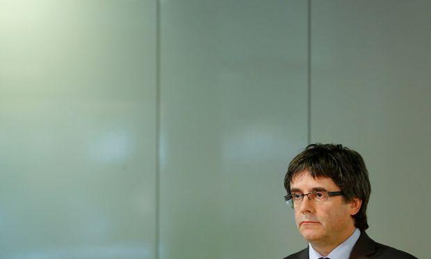 Kataloniens ehemaliger Regionalpräsident, Carles Puigdemont, darf einem deutschen Gericht zufolge an Spanien ausgeliefert werden.