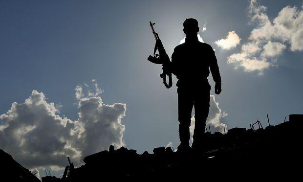 Ein Mitglied der von den USA unterstützten Syrischen Demokratischen Kräfte.