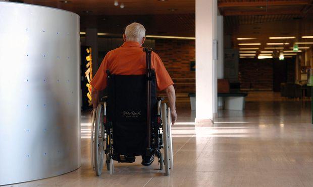 Mindestsicherungsbezieher seien häufig krank oder behindert, lautet das Ergebnis einer EU-Studie. Im Bild - ein Rollstuhlfahrer
