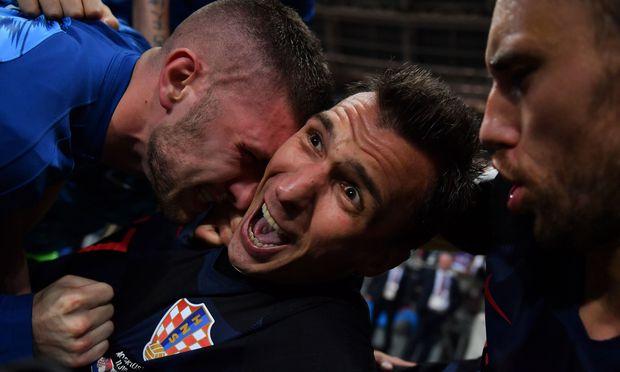 Mandžukić schrie, Rebić (l.) und Pivarić (r.) gratulierten. Fotograf Yuri Cortez boten sich ganz neue Perspektiven, denn die Kroaten lagen bei ihrem Torjubel auf ihm.