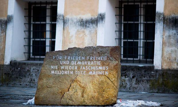 Mahnstein vor dem Hitler-Geburtshaus in Braunau