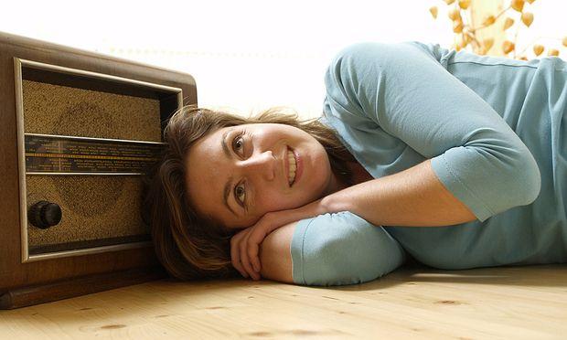 Symbolbild: Frau hört Radio