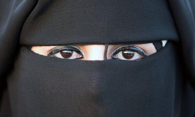 In Belgien gilt seit Mitte 2011 ein Gesetz, das es untersagt, im öffentlichen Raum Kleidung zu tragen, die das Gesicht teilweise oder ganz bedeckt.