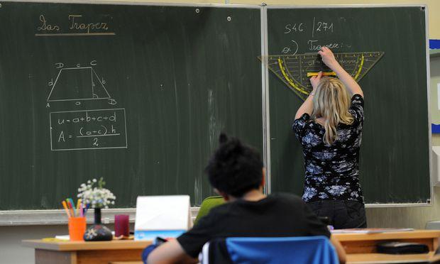 Wie viele Lehrer ab Herbst in den Schulen unterrichten, ist (noch) unklar: Finanz- und Bildungsministerium haben sich noch nicht geeinigt.