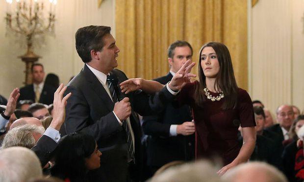 Mit dem Versuch, Acosta das Mikrofon zu entreißen, erlangte diese Praktikantin im Weißen Haus ein klein wenig Berühmtheit..