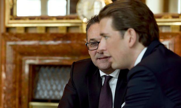Heinz-Christian Strache (l.) und Sebastian Kurz bezogen am Donnerstag erneut Stellung zu den Identitären und Verbindungen zur FPÖ. (Archivbild)
