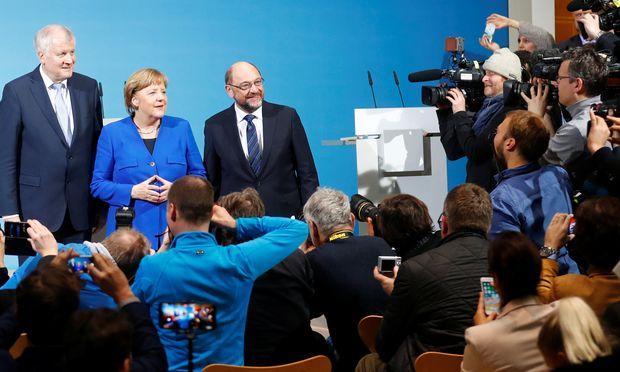 Die drei Parteichefs Horst Seehofer, Angela Merkel und Martin Schulz nach ihrem mehr als 24-stündigen Verhandlungsmarathon.