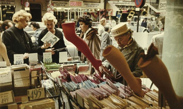 Auch die Pariserinnen der Fünfziger fanden Gefallen an den feinen Nylonstrümpfen.