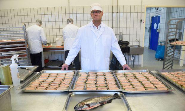 Peter Spak von der Pastetenmanufaktur Hink produziert seit kurzem auch heimischen Dosenfisch.