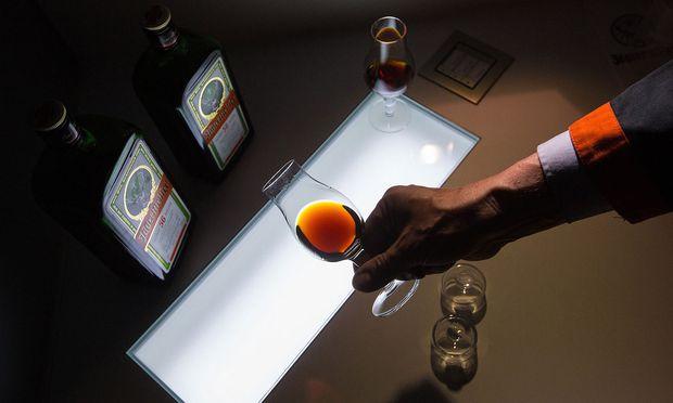 """Die Deko macht den Drink: Jägermeister erobert Premium-Bars, mit dem """"Hubertus Circle"""" der Barkeeper und einer Luxusversion namens Manifest. / Bild: Bloomberg"""